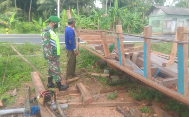 Lakukan Komsos dengan Pembuat Kapal Pompong, Babinsa Hermanto Himbau Agar Disiplin Terapkan Prokes