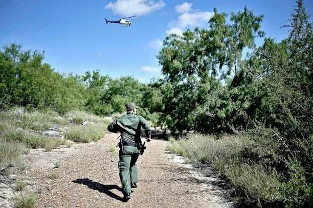 Migrante se escapa de agente y helicóptero de la Patrulla Fronteriza de EU