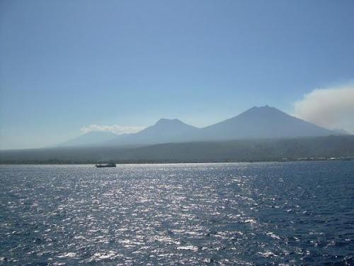 Siluet Tiga Puncak Gunung di Lombok