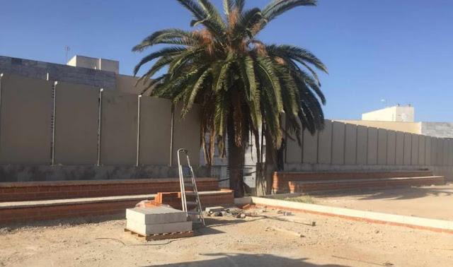 Cierre patio de instituto con placa alveolar colocada en vertical