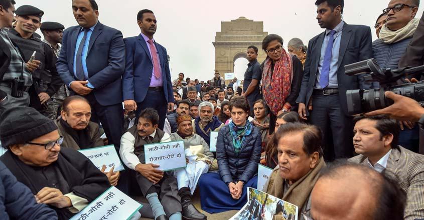 छात्रों के प्रति एकजुटता जताते हुए प्रियंका समेत कई नेता इंडिया गेट पर धरने पर बैठे
