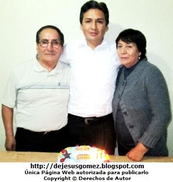 Foto de un hijo junto a sus padres en el dia de su cumpleaños por Jesus Gómez