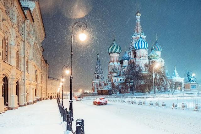 Ở Nga còn có rất nhiều những lễ hội lớn mà nếu may mắn bạn sẽ được chiêm ngưỡng trong chuyến hành trình khám phá đất nước rộng lớn này. Có thể kể đến không gian đường phố tập nập với những cây thông noel lộng lẫy trong lễ hội Giáng Sinh. Hoặc đó còn là lễ hội tiễn mùa Đông của riêng người nông dân ở Nga sau một mùa Đông giá rét. Đa số các tiết mục văn nghệ đều do những người dân nơi đây tự túc biểu diễn và mang đậm màu sắc dân gian