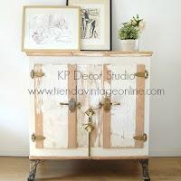 Tienda de muebles estilo nórdico, blancos, decapados y estilo vintage. Neveras de hielo antiguas para decoración