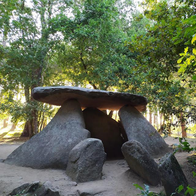 Monumento megalitico. Dolmen de Axeitos