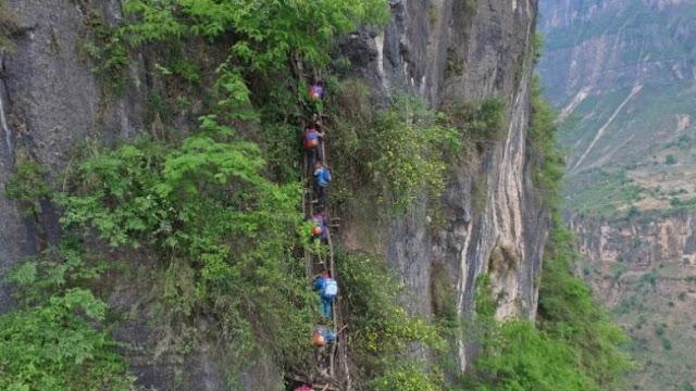 MIRIS ! Anak-anak di Desa Ini Harus Panjat Tebing 800 Meter untuk Sekolah