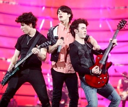 Foto de los Jonas Brothers en el escenario