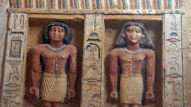 Hallan en Egipto una tumba de hace 4.400 años con 45 estatuas de piedra