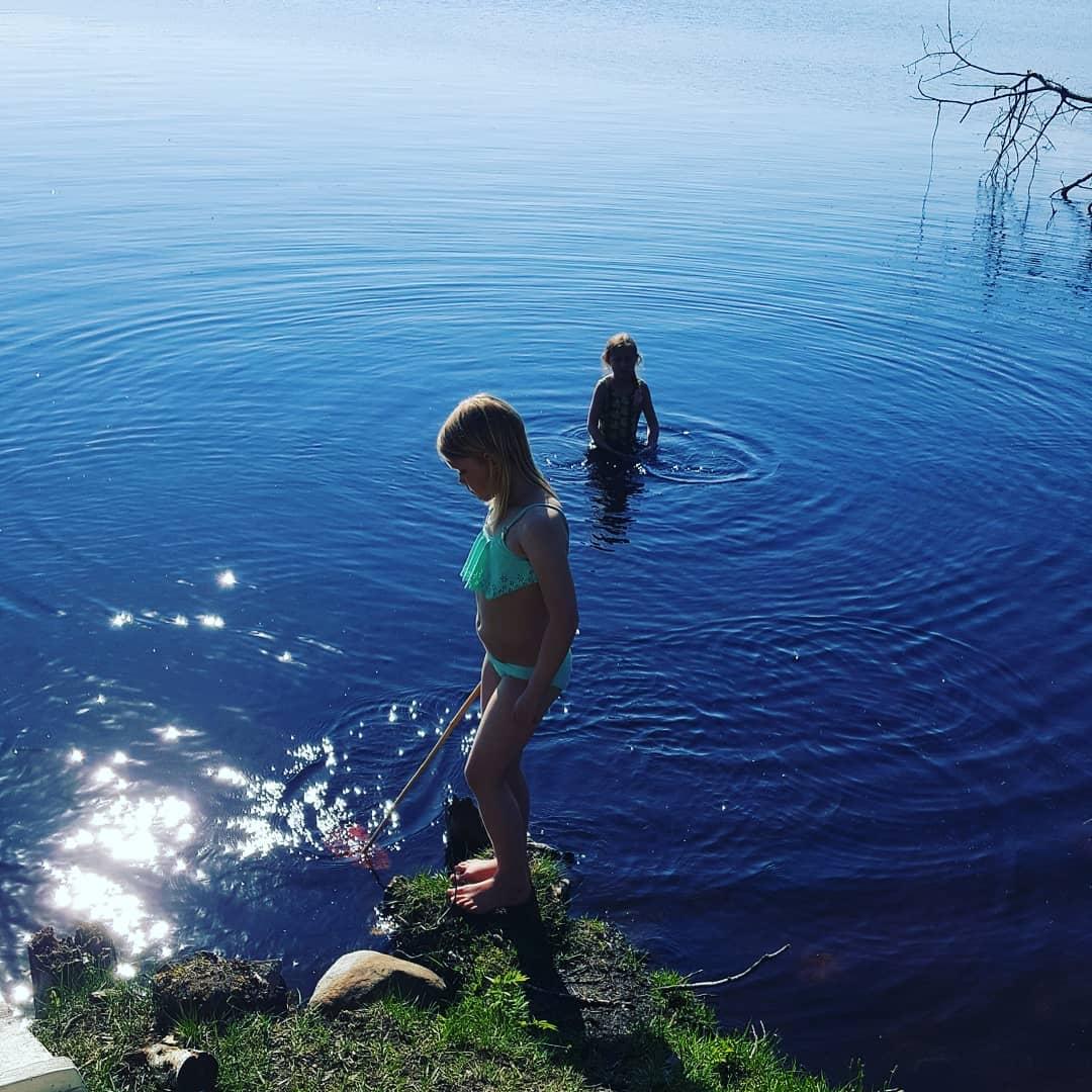 706152e7580 Rebecka med bästa grannkompisen Ella.... Ella var den enda som faktiskt  vågade gå i och doppa sig... Det var 21 grader i vattnet.