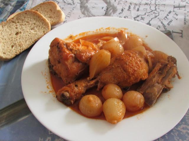 kotopoulo stifado, czyli gulasz z kurczaka