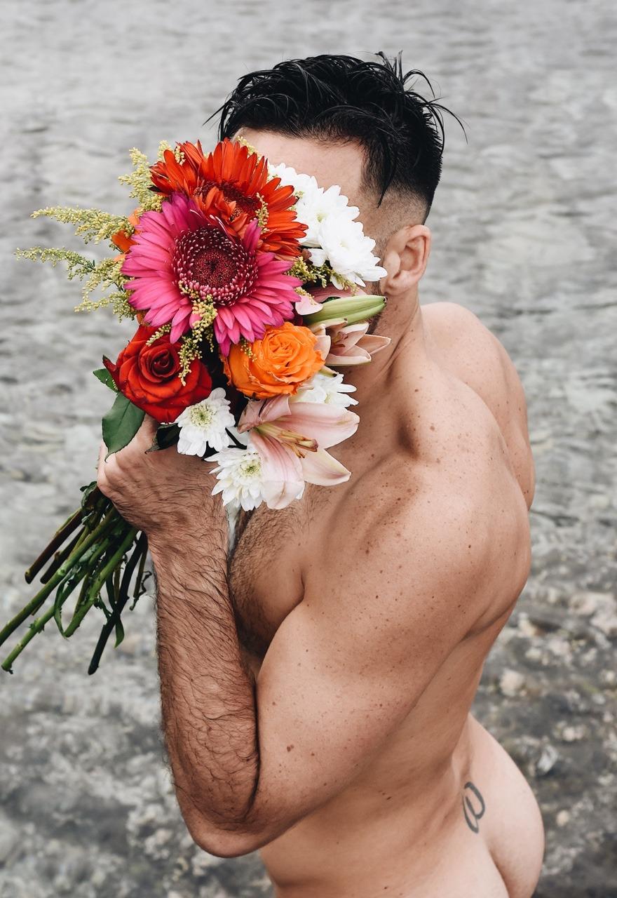две фото цветы от мужчин прикольные делают двух вариациях