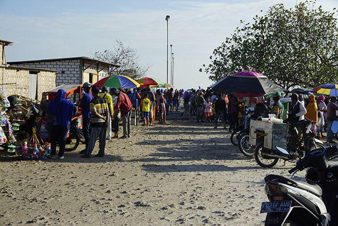 Pasar dadakan di tepian Pelabuhan Rembang