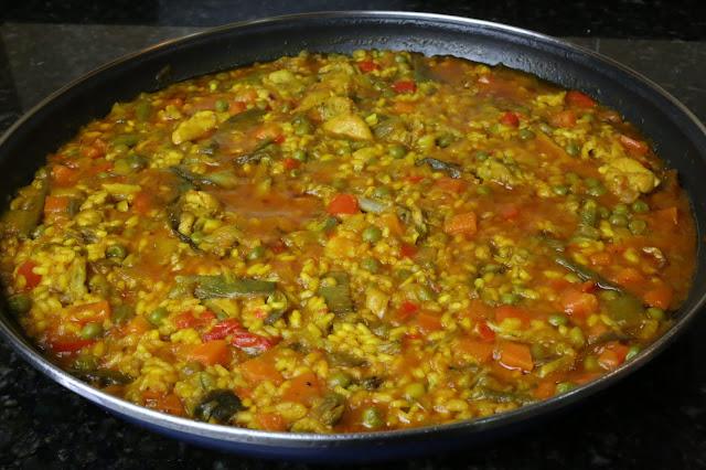 Paella de arroz con pollo y verduras