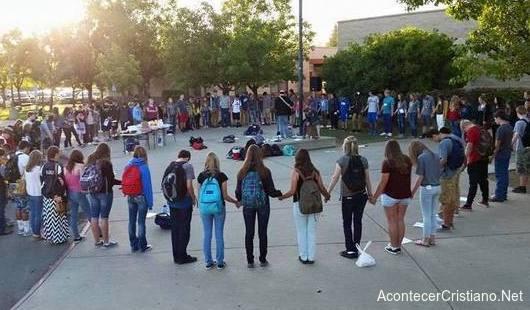 Estudiantes realizan jornada de oración en escuelas