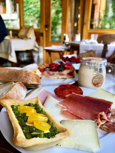 assortiment dans une assiette au petit déjeuner du château de riell