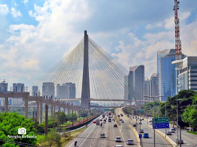 Vista ampla da Ponte Estaiada e trecho da Marginal Pinheiros - Cidade Monções e Vila Tramontano - São Paulo
