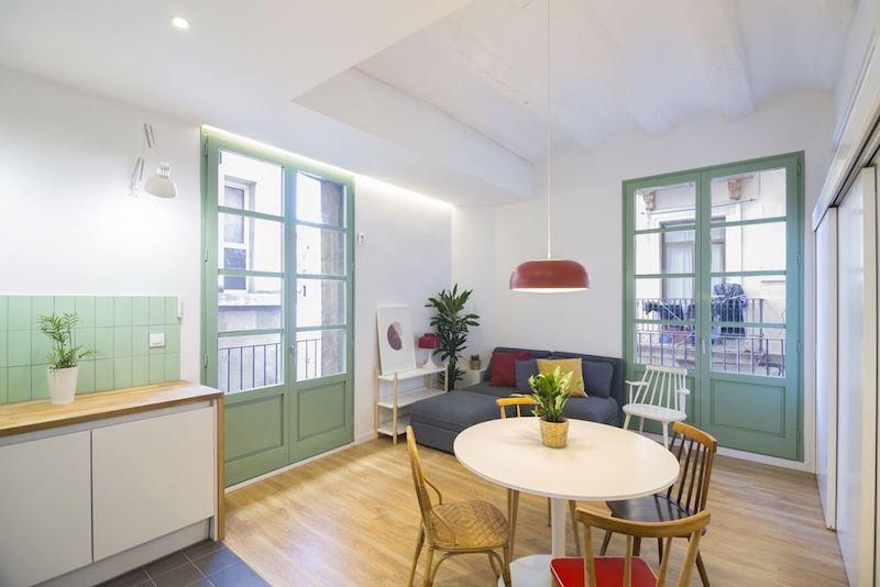 Salón comedor abierto a la cocina de un piso antiguo renovado