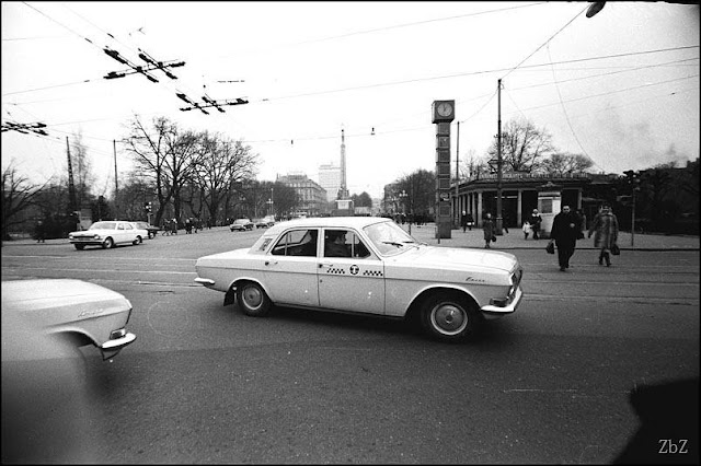 """1974 (?) год. Рига. Перекресток улицы Ленина (ныне бульвар Бривибас) и бульвара Падомью (теперь бульвар Аспазияс). Часы в кубиках и строящаяся гостиница """"Латвия"""""""