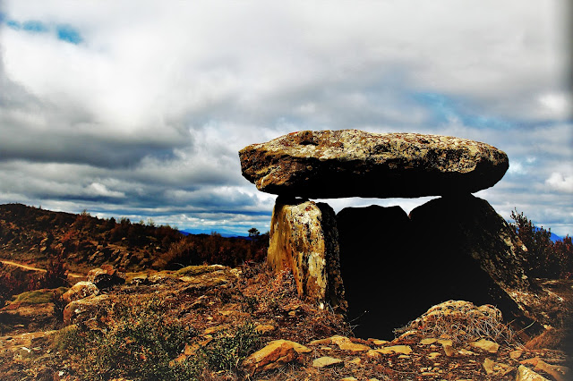 Los ultimos rayos de sol bañan el viejo dolmen de Ibirque...