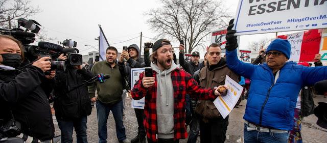 «Εδώ είναι Καναδάς, όχι Β. Κορέα» φωνάζει επιχειρηματίας καθώς η αστυνομία τον σέρνει με χειροπέδες!