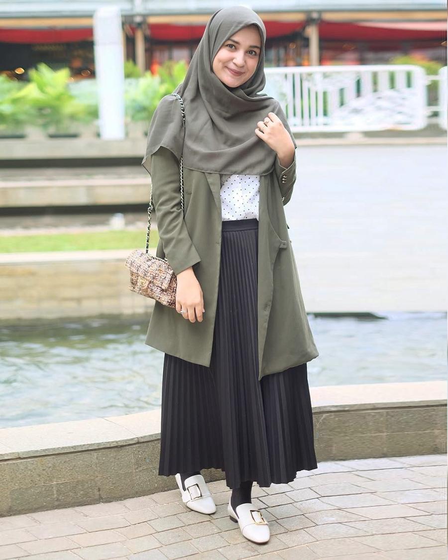 Shiren Sungkar artis cantik dan manis pakai jilbab abu-abu