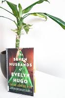 Kirja The Seven Husbands of Evelyn Hugo nojaa huonekasviin