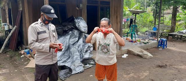 Ajak Warga Patuhi Protokol Kesehatan Polsek Dusteng Bagikan Masker Gratis