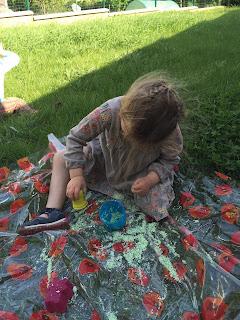 Enfant en train de jouer avec le sable magique, DIY