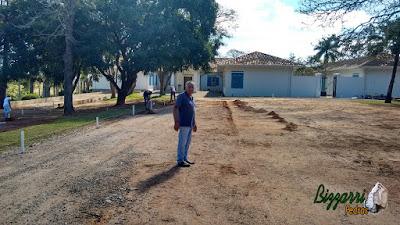 Bizzarri, da Bizzarri Pedras, visitando a obra em sede da Fazenda em Atibaia-SP onde estamos executando as guias de pedra com as muretas de pedra e a execução do paisagismo. Julho de 2016.