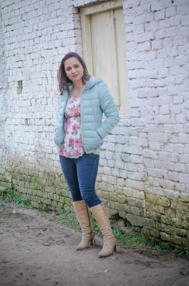 Skinny jeans, jaquetinha azul de nylon, bata floral e botas