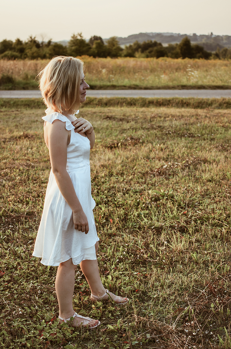 letnia sukienka w białym kolorze