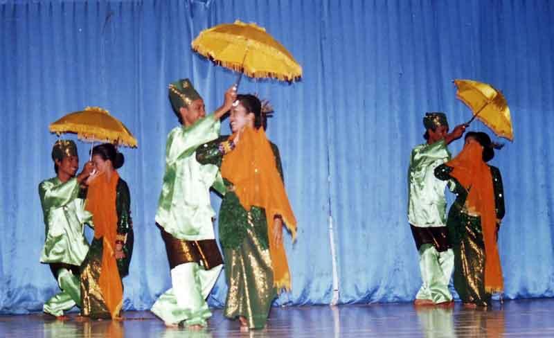 menari menggunakan payung