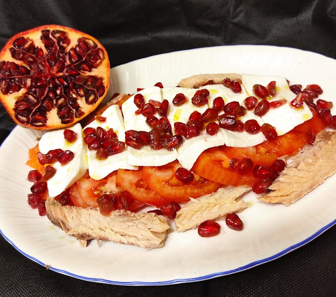 Ensalada de tomate, queso fresco, caballa y granada