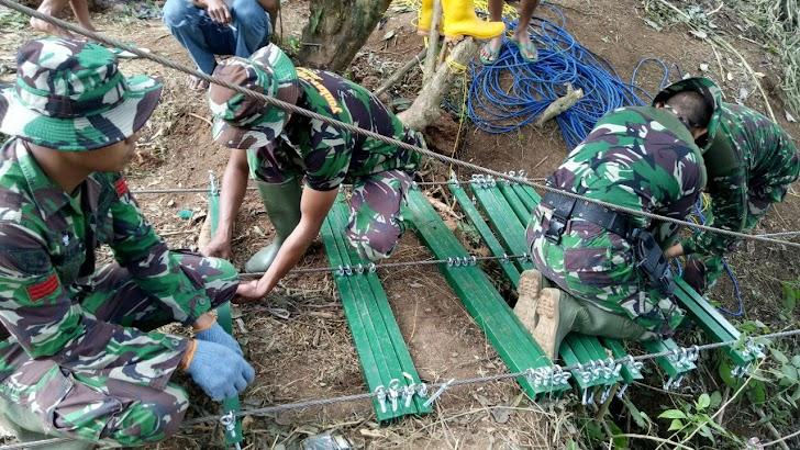 Prajurit Sangat Bersemangat Kerjakan Pembuatan Jembatan Gantung di TMMD Bulupoddo
