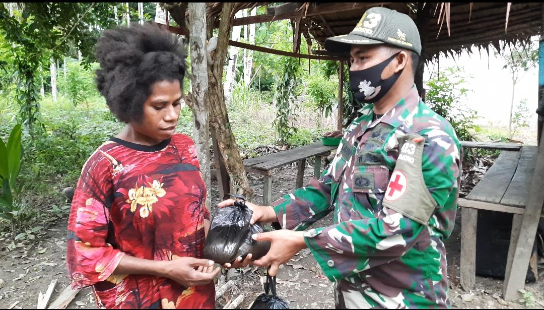 Kostrad Task Force Distributes 56 Food Material Packages to Residents in East Arso District