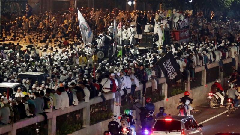 Massa peserta demo 4 November menduduki Jalan Gatot Subroto, Jakarta