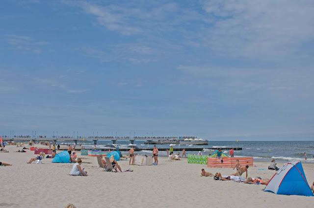 widok na molo z plaży w Kołobrzegu