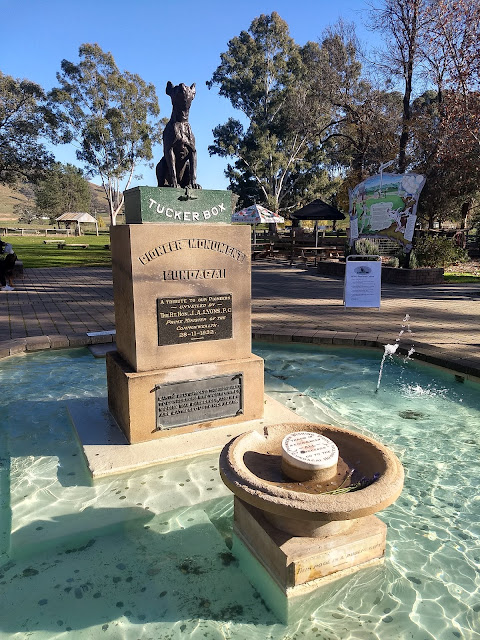 Dog on the Tuckerbox, Gundagai (c) Roderick Eime