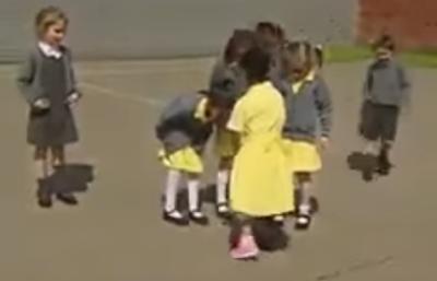 طفلة بقدم صناعية تشارك صديقاته المرح