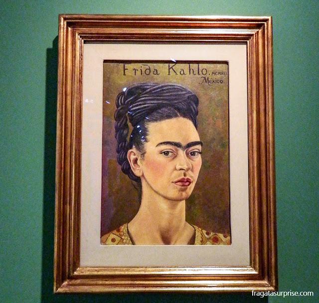 Frida Kahlo: Autorretrato com Vestido Vermelho e Dourado