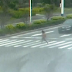 Video Mujer es atropellada por dos vehículos al cruzar luz roja