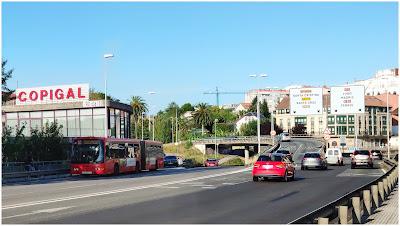 El bus articulado de la línea 1-A cruzando el Puente Pasaje