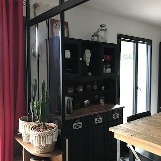 meuble de cuisine décoré avec les plaques émaillées sur les tiroirs