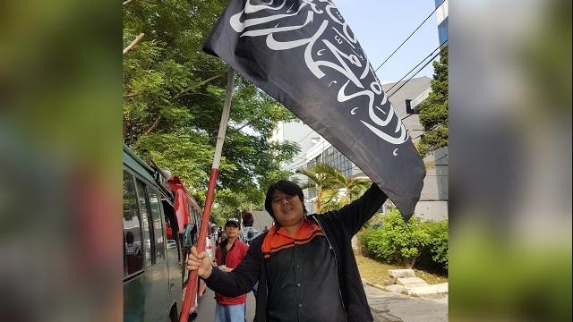 Pemuda Ini Tantang Mahfud MD Berpose dengan Bendera Tauhid, Berhadiah Rp18 Juta