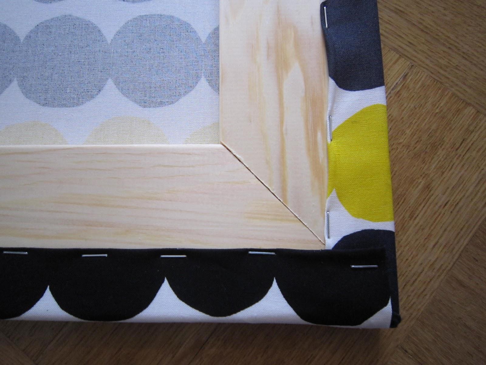 DIY kangastaulu Marimekko. Itse tehty taulu kankaasta. Kiilakehykset kangastauluun. Kankaan pingotus.