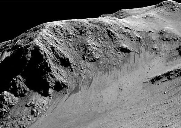 Detalle de los torrentes oscuros sobre la arena que podrían deberse al flujo de agua líquida.