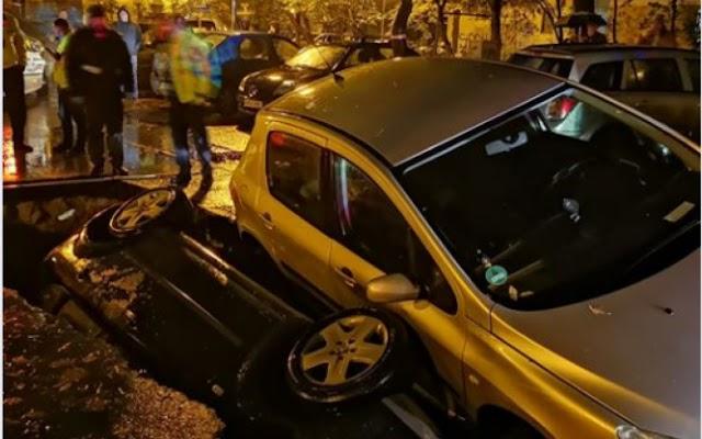 FOTO/ Mașini căzute, una peste alta, într-o groapă, pe Aleea Compozitorilor