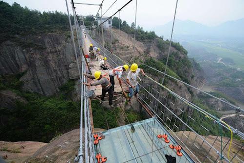 Construção da maior ponte de vidro suspensa do mundo