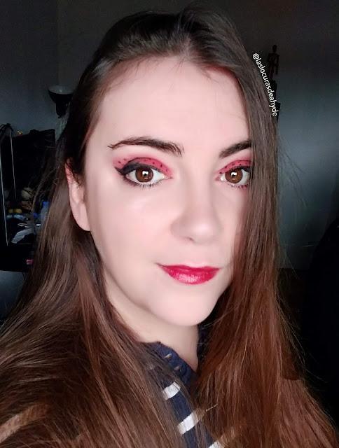 maquillaje de mariquita, ojos en negro y rojo,labios rojos.