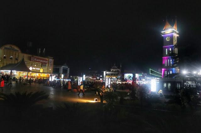 Suasana Malam Jam Gadang Bukittinggi